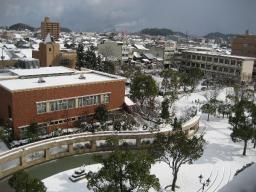 市役所5階の議員控え室の窓から見た雪の米子市街