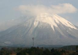 うっすらと雲をかぶった大山(20日午後、妻が撮影)