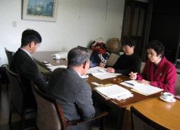 幼稚園関係者と懇談する錦織予定候補(右)と松本市議
