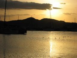 夕日の中海・米子港(28日午後5時30分過ぎ)