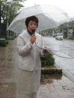 雨中に街頭から投票法廃案を訴える錦織さん