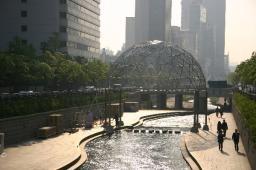 朝日の中でキラキラと輝く清渓川