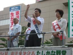 市谷(左)、錦織(右)の各氏とともに訴える春名さん(中央)