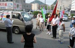 市長からのメッセージ(代読)を受ける平和行進の一行
