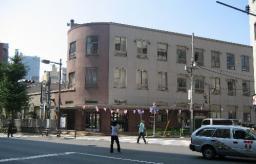 廃校となった小学校舎を改修した中央区・京華スクエア