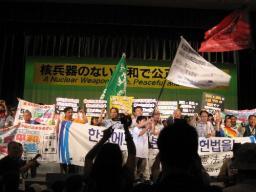 開会総会の壇上に並ぶ海外を含めた平和行進者