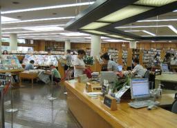 ゆったりとしたスペースの浦安市中央図書館