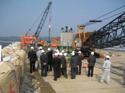 森山堤防を60m開削し、そこに橋をかける工事がおこなわれている
