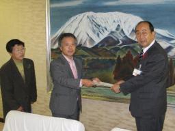 野坂市長(右)に要望書を提出する岡村、松本両市議