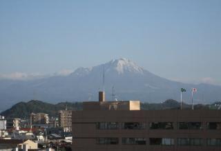 市役所5階、議員控え室の窓から見た大山
