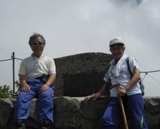 大山山頂にて私と妻