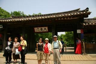 韓国旅行。民俗村入り口にて(右から)私、妻、娘