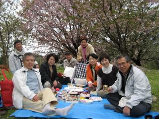 花見の宴を前に記念写真