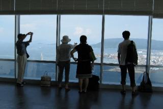 高松で最も高い展望テラスから望む屋島