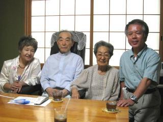 鈴木さんご夫妻を囲んで記念写真
