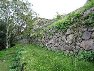 往時を偲ばせる城跡の石垣
