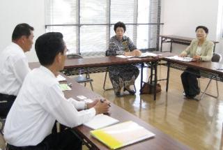 バス路線の充実を要請する松本市議(右)と錦織県議