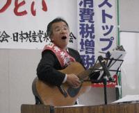 ギターを奏でながら熱唱する岩永さん