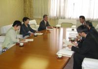角副市長らに申し入れる(左から)石橋、松本、岡村の各議員
