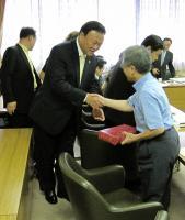 韓国からのお土産をいただき握手する私