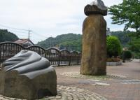新加茂川沿いの歩道に設置された作品