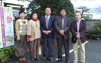 当選した定岡(右から2人目)、松尾(同3人目)両氏を囲んで