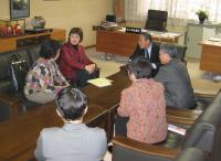 中村議長と懇談する真壁さん(左から2人目)