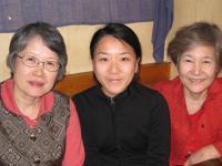 旧友(左)、娘とともにパシャ