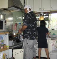 狭いキッチンに立つ娘夫婦