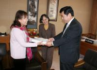 安田副議長に陳情書を提出する会の代表