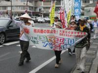 通し行進の櫻井正男さんを先頭にした行進団