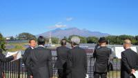 太陽光発電の実証実験について説明を受ける(北杜市)