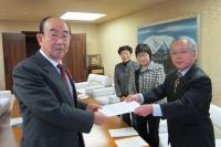 野坂市長(左)に要望書を提出