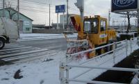 歩道の雪を取り除く小型除雪車