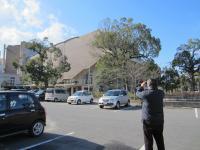 公会堂を見学する加戸議員