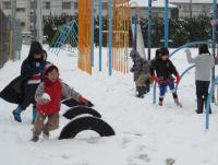 雪の校庭で子どもたちは元気いっぱい